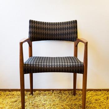 黒とグレーのジオメトリック柄のファブリックを使用したシックな椅子。北欧家具は椅子のテキスタイルにも要注目です。