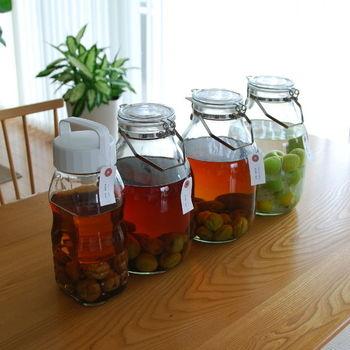 毎年梅酒を漬けて、ずらりと並べてみるのもキッチンの嬉しい風景。ぜひ飲み比べをしてみましょう。