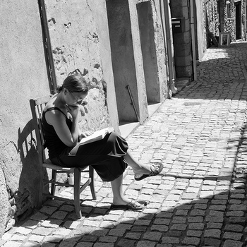 読書に没頭したり、物思いに耽たり...どんな所でも椅子さえあれば自分の好きな世界に入り込めますよね。