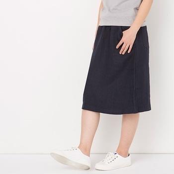 こちらも同じ、天日干ししたリネンデニムのスカート。遠目ではかっちりした印象ですが、ウエストもゴムと紐なので着ていても楽チン!