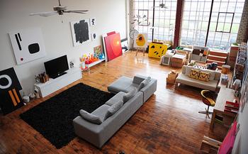 ナチュラルな素材とブラックを組み合わせた椅子で、モダンで落ち着いたくつろぎ空間を作りましょう。