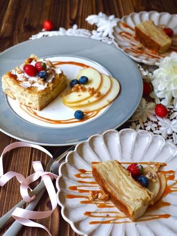 「ガトー・インビジブル」は、フランス発のケーキ。日本語では「見えないケーキ」と訳されるように、野菜やフルーツなどの具材を薄くスライスして、生地に閉じ込めて焼き上げます。こちらは、薄くスライスしたりんごの「ガトー・インビジブル」。型には牛乳パックを利用しています。りんごでなく他のフルーツや、お野菜を閉じ込めてもOKです♪
