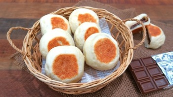 パン作り初心者でもOK!フライパンで気軽に作れるチョコパンレシピです。パンのもちもち感、ホットチョコレートのとろとろ感がたまらない逸品です☆