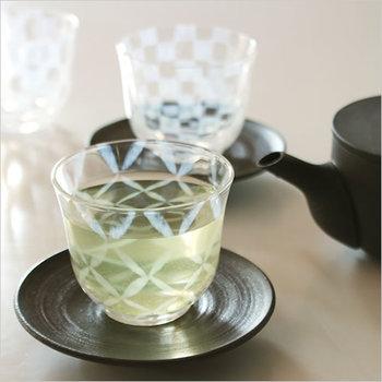 暑いときに一番美味しいのはやっぱり緑茶かもしれません。伝統を感じるロマンティックなグラフィックがとっても素敵。緑茶の緑と乳白色の模様の織りなす淡い色合いがいっそう涼しさを呼びます。