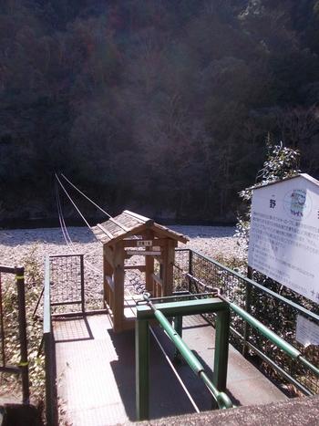 野猿とは、十津川村奥地の渓谷にある人力ロープウェイです。川の両岸に架けられたロープに「やかた」と呼ばれる籠を吊り、綱を自力で引きながら、向こう岸へ渡るものです。