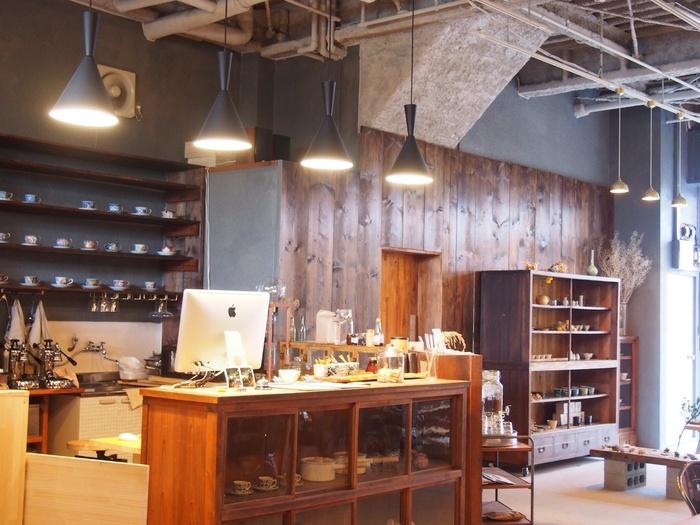 もともと倉庫に使われていた建物をリノベーションした店舗は、天井も高く、広々として開放的な雰囲気。カフェとギャラリーが一体になった店内では、作家さん手作りの陶器や、おしゃれな雑貨も販売されています。