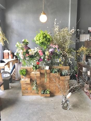 お店の入り口には、キナリノ女子に人気のお花屋さん「ex. flower shop & laboratory」のフラワーショップも。色とりどりの美しい花々が、カフェを訪れた人を出迎えてくれます。美味しいコーヒー&スイーツはもちろん、素敵なモノとも出会える大人の空間で、楽しいひとときを過ごしてみませんか?