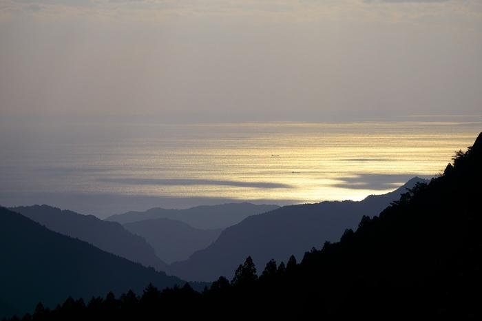 玉置山の山頂からは、はるか彼方に広がる熊野灘さえも見渡すことができます。