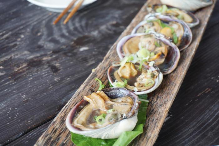 美しい海にはタコやエビなどの海産物が豊富。特にアサリは「大アサリ」と呼ばれるほど大きくて立派!大アサリ丼・タコしゃぶといった佐久島ならではの料理があります。