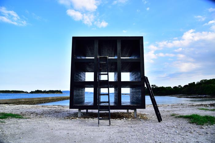 そんな佐久島の見所の一つがアート。島のあちこちにアート作品が展示されています。 こちらは「おひるねハウス」という作品。劇場版『名探偵コナン 天空の難破船』にも登場しているんですよ。
