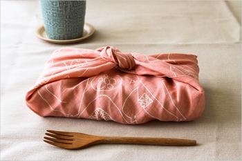 バーズワーズのリネンハンカチ。手を拭くのにはもちろん、大きめなのでお弁当包みにも大活躍です。包みを開くたびに心地よさを感じることができそうです。