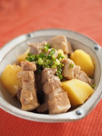 こちらも豚肉レシピですが、梅酒の酸味で食欲が増す一品。 お肉を小ぶりに切っておくことで、長く煮なくても美味しくいただけるそうです。