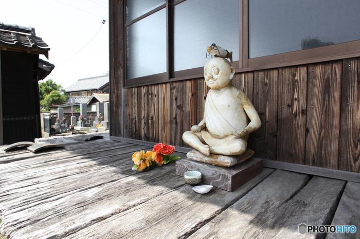 釣りの神様とされる「海神さま」。頭に魚を乗せたユーモラスな神様です。「大和屋観音」と同じ、松岡徹さんの作品。 正念寺というお寺に展示されているためか、アート作品であるにも拘わらずお賽銭が絶えないんだとか。