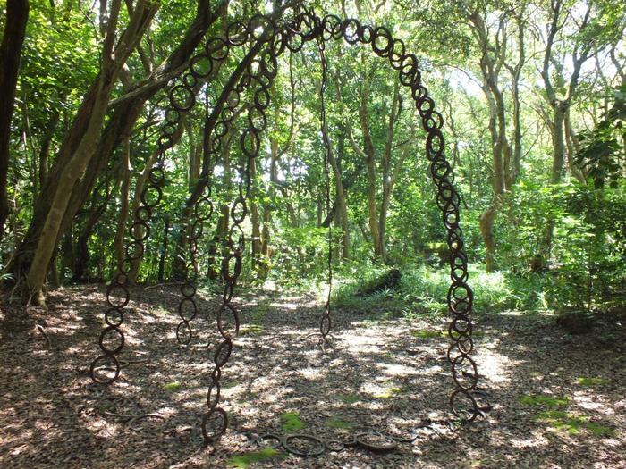 森の中で木々と同化するような作品。森の中には弘法さんの祠がたくさんあるので、「弘法さんに気にいってもらえるように」と思いを込めて作ったのだそう。