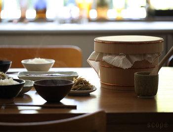 貴重な柾目材を使用した贅沢な東屋のおひつ。耐水性と吸水性に優れており、余分な水分を吸収してくれるためご飯を美味しい状態でいただけます。