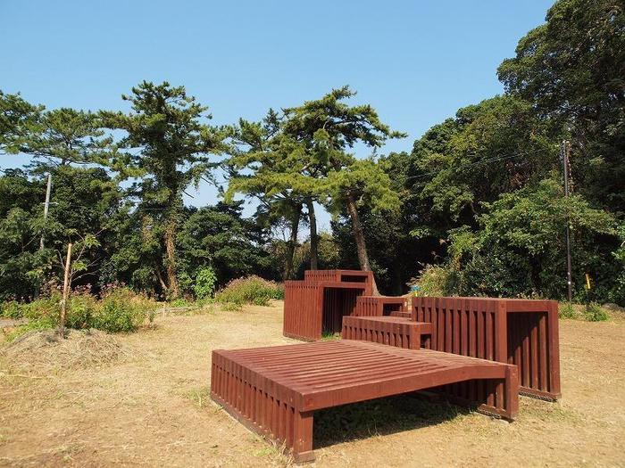 座ったり、寝転んだりしながら佐久島の景色を楽しむ作品。島内には、この他にも海辺など3箇所に同じような作品が展示されています。