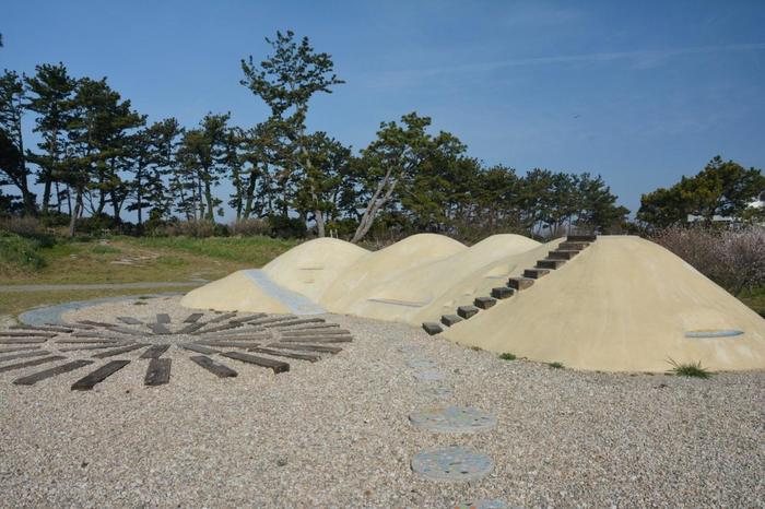 佐久島の山や、本土への海路などを表現した作品。佐久島の縮図となっています。