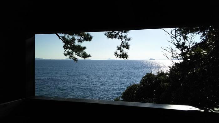 中に入ると窓があり、三河湾を望むことができます。窓で切り取られた風景はまるで額縁に納められた絵のようです。
