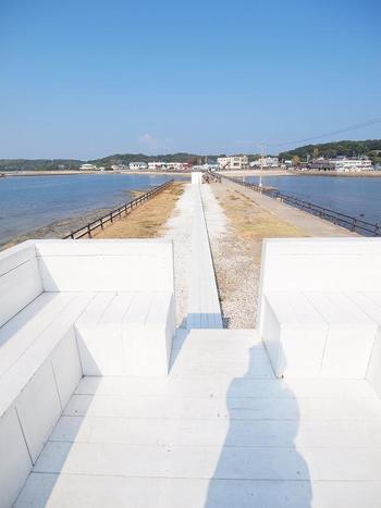 階段の横には白い道が続き、もう一つ白い箱が。こちらは中がベンチになっていて、潮風を感じながら佐久島の景色を眺めることができます。