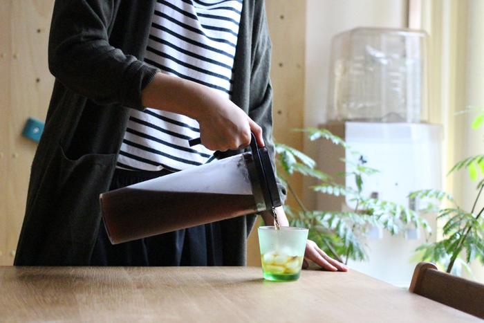 暑い季節は、ひんやりとした飲み物で一息。清涼感のあるグラスが心地よい時間を与えてくれますね。