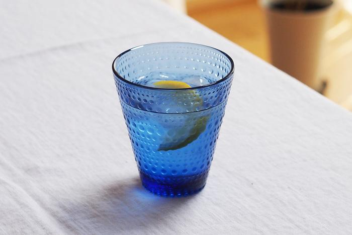 こちらはフィンランド独立100周年を迎えるにあたって復刻したウルトラマリンブルー。カステヘルミのドットデザインが清涼感をアップ♪レモンをプラスするととっても爽やかなグラスになりますね。