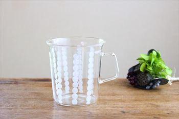 フランス語で真珠を意味するペルル。縦に並ぶドット模様が爽やかで可愛いグラスです。