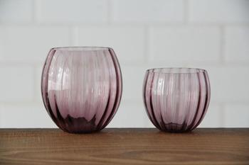 ノルウェー語で球や丸を意味するルンド。コロンとしたフォルムに、葡萄色の独特な雰囲気が唯一無二の存在感を放っています。