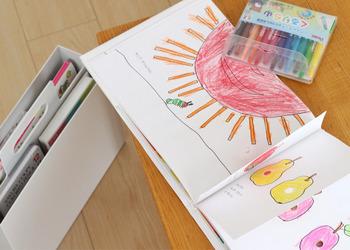 ぬりえの本とクレヨンや色鉛筆といった道具をセットにして入れておくことができます。これなら、ぬりえをしたいときにささっと自分で道具を持ってくることができ、探す手間が省けます。
