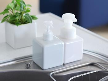 キッチン洗剤を入れた詰替えボトルはプラスチック製と陶器製の2タイプがあります。陶器製の方は注ぎ口が小さいので、じょうごが必須!でも、長く美しい状態を保つことができるので、陶器のタイプを選ぶ人も多いんですよ。