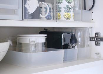 整理ボックスはスリムなタイプも案外活躍してくれるんですよ。壊れやすい華奢なガラス製品もボックスに入れて引き出すように使えば、割ってしまうことはありません。
