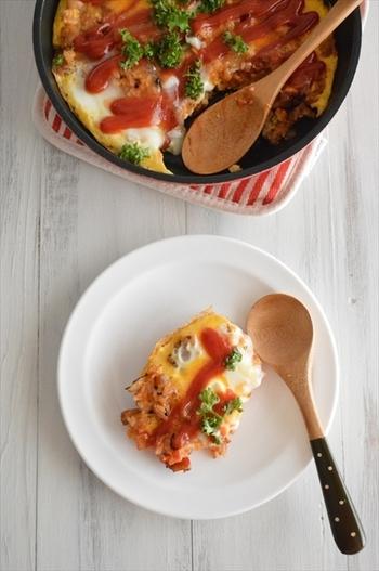 簡単レシピのオムライスも包むという面倒な工程を省いて、さらに簡単に!スキレットでテーブルに出せば、おしゃれ感もアップして一石二鳥♪