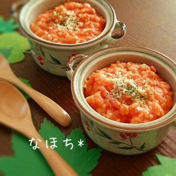 冷やご飯とトマトジュース使用で時短のリゾット。何と10分~15分でできてしまうそう。見た目にもおしゃれなので、友人とのランチにも良いかも。