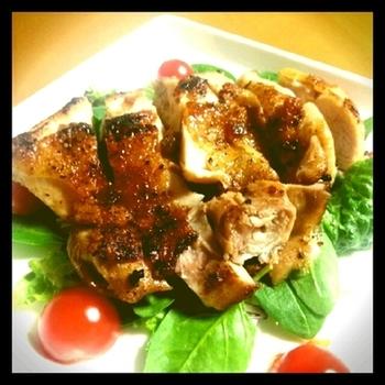 鶏肉に下味や香りを付けてオーブンで焼いただけの簡単なおかず。食べやすい大きさに切って野菜の上に盛り付けると、とても豪華に見えますよ。
