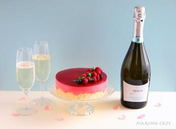 特別な日にピッタリの豪華なフランボワーズのケーキ。スパークリングワインと合わせると、フランボワーズの香りが口の中に広がります。さっぱりとした爽やかな酸味はワインとの相性も良いですよ♪ぜひチャレンジしてみてくださいね。