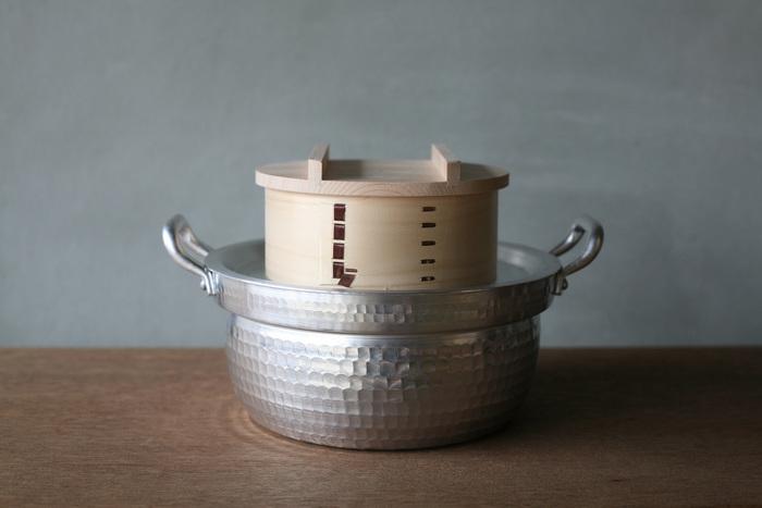 蒸し器には、ひのきなど、木の素材で出来たわっぱのようなものや、ステンレスの物、陶器の物、様々なタイプの蒸し器があります。どれもお湯をはった鍋の上にセッティングし、下からの蒸気で蒸しあげて調理します。
