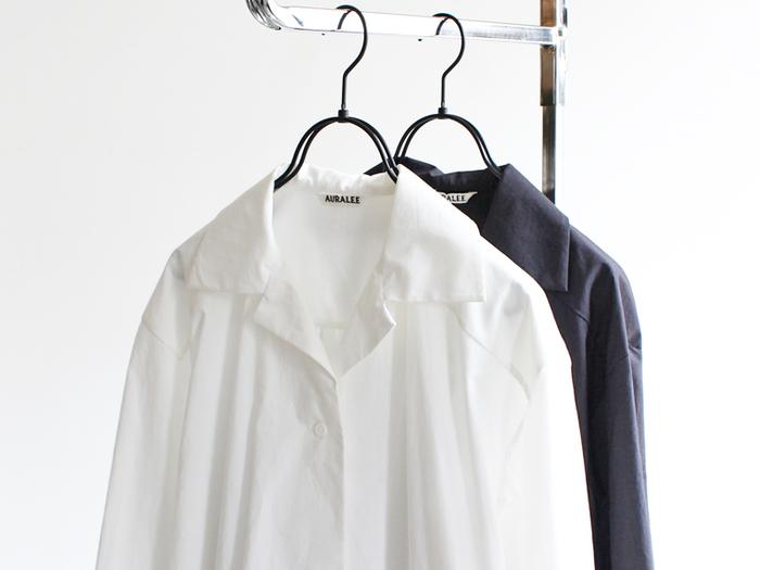 「オープンカラーシャツ」とは、その名の通り襟元が大きく開いたシャツのことで、別名「開襟シャツ」。一般的なシャツよりもカジュアル感があり、カッチリし過ぎない上品さがあります。涼しくて、ボトムスを選ばないオープンカラーシャツは、海でも山でも街中でも、シーンを選ばずオシャレに着まわせるので一枚はもっておきたいアイテムです。