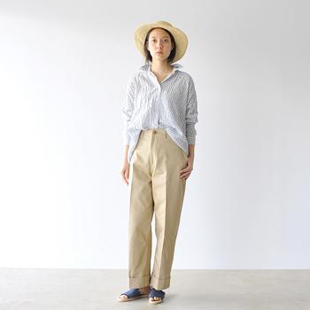 こちらのオープンカラーシャツは、ゆるっと着られるゆったりタイプ。細身のストライプがシャープな印象を与えます。