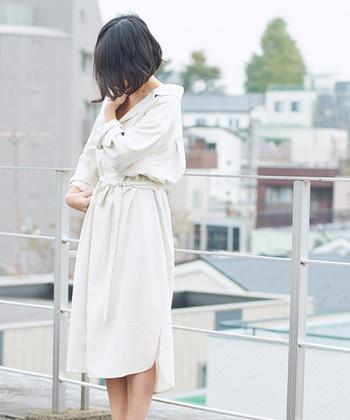 襟元が大きく開いた、ラグジュアリー感漂うオトナのシャツワンピース。シルクを使った上質な生地で、裾のラインにもこだわりが感じられます。