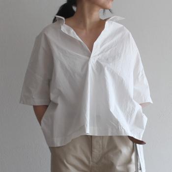 """襟元が大きく開いてデコルテがしっかり出るデザインの""""スキッパーシャツ""""は大人っぽいスタイルを作りたいときにオススメのアイテム。ふんわりしたゆったりシルエットのものが多く、上品でラフなスタイルに仕上がります。"""