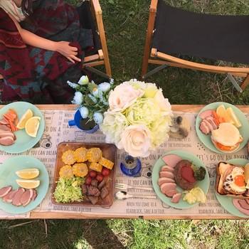テーブルやチェアを広げて、お洒落なピクニックも楽しめます。みんなでわいわい持ち寄って、自然の中で食事する美味しさは格別です。