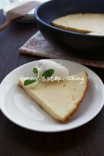 テフロン加工のフライパンで作る、みんな大好きベイクドチーズケーキのレシピ。焼き上げたらそのまま冷ましておくと、ケーキがフライパンから自然と離れてくれますよ♪テフロン加工のフライパンがなければ、オーブンシートを敷いて焼き上げましょう◎