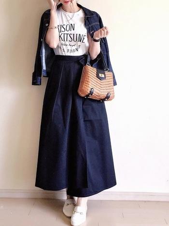 きちんときれいめなファッションに、シンプルなロゴTが映えます。大人可愛くて素敵。