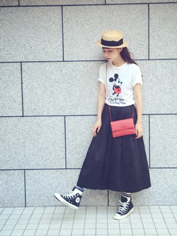 モノトーンファッションに、キャラTとショルダーバッグの赤をリンクさせたキュートな着こなし。可愛らしくて遊び心たっぷり。