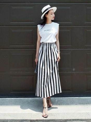 きれいめのモノトーンアイテムと合わせた女性らしく素敵な着こなし。細いラインの文字のロゴTが爽やかで、すっきり大人っぽく見せてくれます。