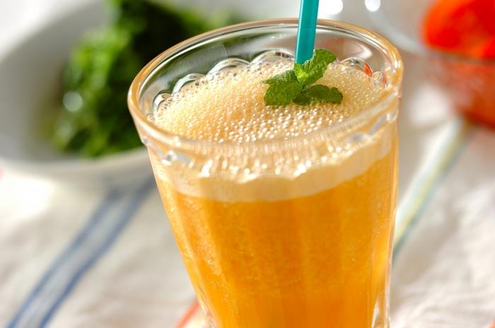 にんじん、マンゴー、オレンジジュースを使ったスムージー。色みがきれいで、にんじんとの相性がバッチリの組み合わせです。