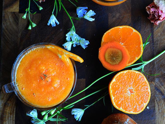 にんじんとみかんを使ったオレンジ色のスムージー。冷たくしても温めても美味しくいただけます。