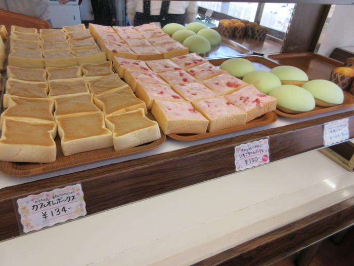 """ルーツは福島県郡山市。ぶ厚い食パンに、甘い練乳クリームをぬった菓子パンです。四角いパンとたっぷりのクリームの組み合わせが「クリームボックス」なんて、スイーツ好きなら、名前を聞いただけで""""よだれ""""が…??"""