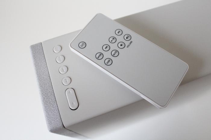 上から見たところ。リモコンでの操作とは別に本体上部にシンプルな操作ボタンがあります。無印のポリプロピレンスタンドファイルボックスと同じサイズになっています。