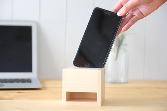 こちらはiPhone用の電源もスイッチもない、木を組み立てて作られた小さなスピーカーです。小さくとも音質の良さの秘密は木の内部構造にあるのだそう。バイオリンなど弦楽器のような原理なのでしょうか?木の内部で共鳴した音が、下部の穴から部屋全体に広がります。