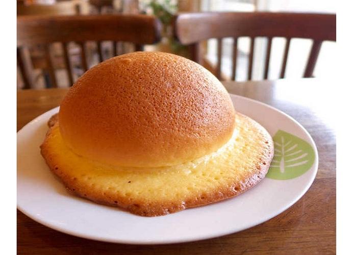 画像は、「帽子パン」発祥とされる高知市内の永野旭堂(1926/昭和2年創業)の直営サンドイッチカフェ・リンベルで。